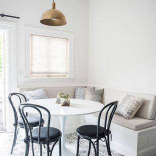 Cette photo montre une petite salle à manger tendance avec un mur blanc, béton au sol et un sol multicolore.