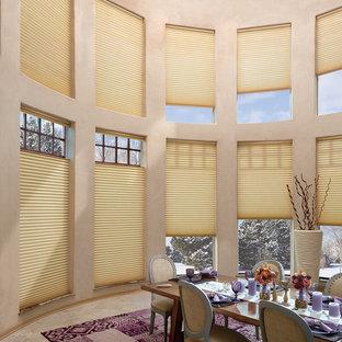 Удачное сочетание для дизайна помещения: большая столовая в современном стиле с бежевыми стенами, ковровым покрытием и фиолетовым полом - самое интересное для вас