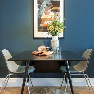 Foto de comedor actual, pequeño, con paredes azules y suelo de madera clara