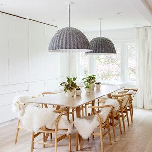 Inspiration pour une grand salle à manger nordique avec un mur blanc, un sol en bois clair, un sol beige et aucune cheminée.