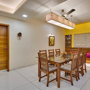 Foto di una sala da pranzo etnica chiusa con pareti beige e pavimento grigio