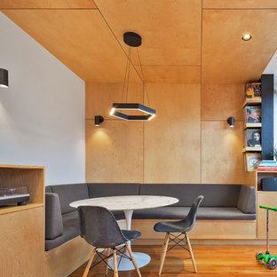 Неиссякаемый источник вдохновения для домашнего уюта: маленькая кухня-столовая в стиле модернизм с разноцветными стенами и светлым паркетным полом