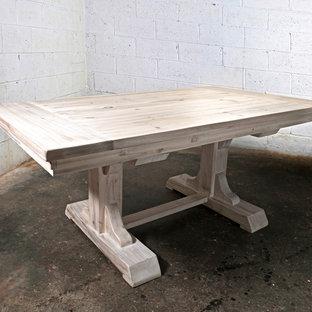 Свежая идея для дизайна: кухня-столовая среднего размера в стиле кантри с белыми стенами и светлым паркетным полом без камина - отличное фото интерьера