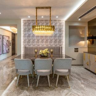 Imagen de comedor actual, de tamaño medio, con paredes beige, suelo de mármol y suelo beige