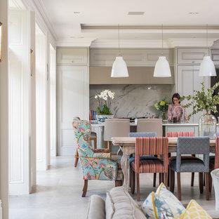 Imagen de comedor bohemio, grande, abierto, con paredes beige, suelo de baldosas de porcelana y suelo gris