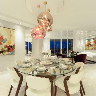 Свежая идея для дизайна: огромная гостиная-столовая в современном стиле с белыми стенами, мраморным полом и белым полом - отличное фото интерьера