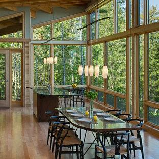 Diseño de comedor de cocina rural, pequeño, con suelo de madera en tonos medios y suelo beige