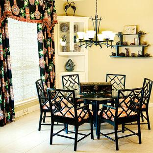 Aménagement d'une grand salle à manger ouverte sur le salon asiatique avec un mur beige et un sol en carrelage de céramique.