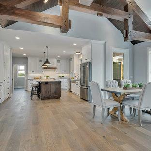Diseño de comedor de cocina de estilo americano, pequeño, con paredes grises, suelo de madera en tonos medios y suelo marrón