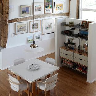 エセックスの中サイズのエクレクティックスタイルのおしゃれなダイニングキッチン (白い壁、無垢フローリング) の写真