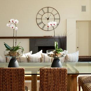 Foto di una grande sala da pranzo aperta verso il soggiorno minimal con pavimento in bambù e pareti beige