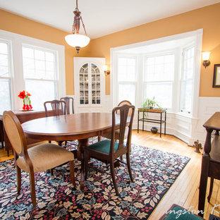 Cette image montre une salle à manger chalet avec un mur orange.