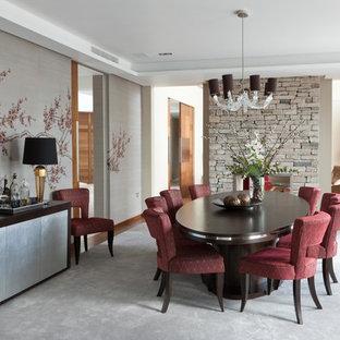 Foto di una sala da pranzo minimal con camino bifacciale, cornice del camino in pietra e pareti beige
