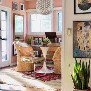 オレンジカウンティのエクレクティックスタイルのおしゃれなダイニング (ピンクの壁、淡色無垢フローリング、ベージュの床) の写真