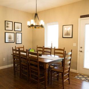 Foto de comedor tradicional, de tamaño medio, abierto, sin chimenea, con paredes grises, suelo vinílico y suelo marrón