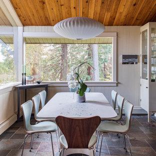 Foto de comedor de cocina madera y machihembrado, vintage, grande, machihembrado, con suelo de pizarra, suelo marrón, paredes beige y machihembrado