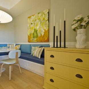 Ispirazione per una sala da pranzo stile marinaro con pareti beige e pavimento in legno massello medio