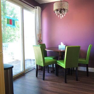 Foto di una piccola sala da pranzo eclettica chiusa con pavimento in laminato, pavimento marrone, pareti rosa e nessun camino