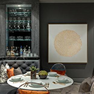 Cette image montre une salle à manger design avec une banquette d'angle, un sol en bois clair et du lambris.