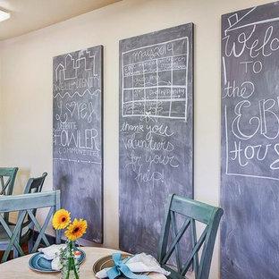 Foto di una piccola sala da pranzo aperta verso la cucina tradizionale con pareti beige e pavimento in legno massello medio