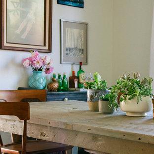 Идея дизайна: большая гостиная-столовая в стиле фьюжн с белыми стенами и светлым паркетным полом без камина