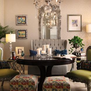 На фото: маленькая столовая в стиле фьюжн с серебряными стенами и ковровым покрытием без камина с