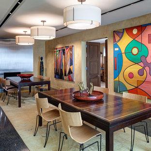 シカゴの広いコンテンポラリースタイルのおしゃれな独立型ダイニング (ベージュの壁、リノリウムの床、暖炉なし、黒い床) の写真