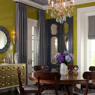 Immagine di una sala da pranzo eclettica chiusa con pareti verdi e parquet scuro