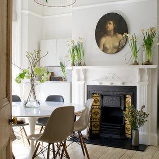 Stilmix Esszimmer mit grauer Wandfarbe, hellem Holzboden und Kamin in London