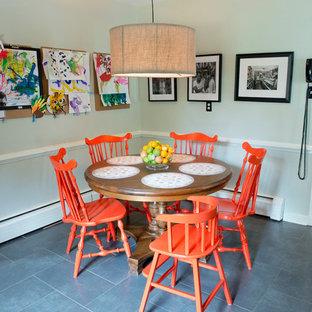 リッチモンドの中サイズのエクレクティックスタイルのおしゃれなダイニングキッチン (セラミックタイルの床、グレーの壁) の写真
