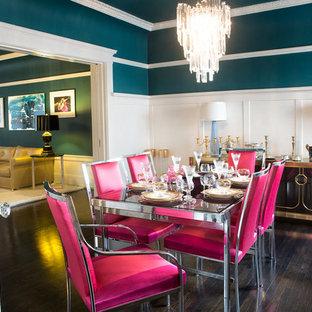 Immagine di una sala da pranzo boho chic chiusa con pareti blu e parquet scuro