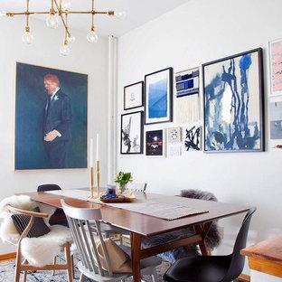 Стильный дизайн: маленькая столовая в стиле фьюжн с белыми стенами, ковровым покрытием и синим полом - последний тренд