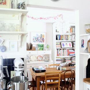 Diseño de comedor de cocina ecléctico con paredes blancas y suelo de madera en tonos medios