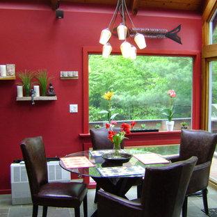 Foto de comedor de cocina bohemio, de tamaño medio, con paredes rojas y suelo de baldosas de cerámica