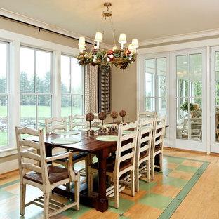 Ejemplo de comedor de cocina clásico con paredes beige, suelo de madera clara y suelo verde