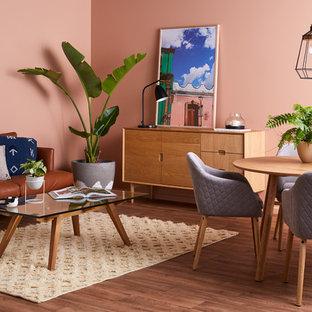Immagine di una piccola sala da pranzo aperta verso il soggiorno minimal con pareti rosa, pavimento in vinile e pavimento beige