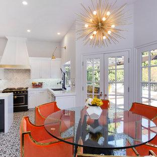 ロサンゼルスの中サイズのエクレクティックスタイルのおしゃれなダイニングキッチン (白い壁、セラミックタイルの床) の写真
