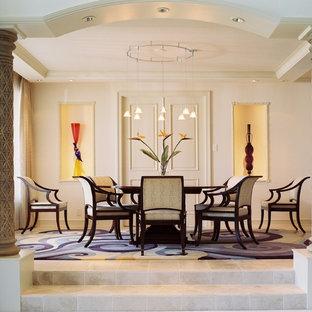 Cette photo montre une très grand salle à manger ouverte sur la cuisine éclectique avec aucune cheminée, un mur beige et un sol en travertin.