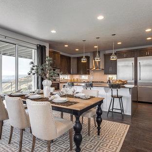 Cette image montre une salle à manger ouverte sur la cuisine traditionnelle de taille moyenne avec un mur blanc, sol en stratifié et un sol marron.