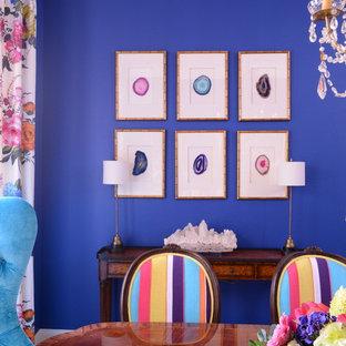 Esempio di una sala da pranzo tropicale chiusa con pareti blu, pavimento in legno massello medio e nessun camino