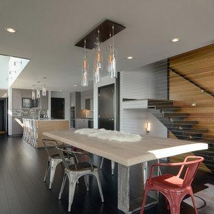 Ispirazione per una sala da pranzo aperta verso il soggiorno contemporanea di medie dimensioni con pareti grigie e pavimento in bambù