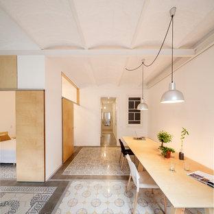 Modelo de comedor ecléctico, grande, cerrado, sin chimenea, con paredes blancas y suelo de baldosas de cerámica