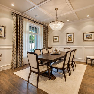 Immagine di una grande sala da pranzo classica chiusa con pavimento marrone, pavimento in gres porcellanato e pareti beige