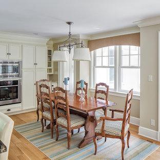 Idée de décoration pour une salle à manger ouverte sur le salon tradition de taille moyenne avec un mur beige, un sol en bambou et un sol jaune.