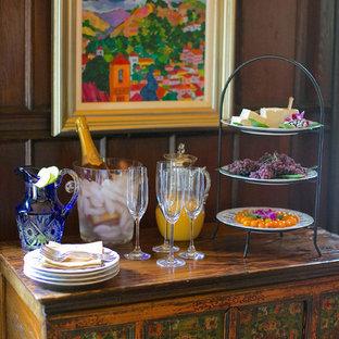 Idee per una sala da pranzo chic chiusa e di medie dimensioni con pareti gialle, parquet chiaro, camino classico e cornice del camino piastrellata