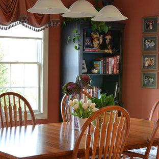 Foto de comedor de cocina tradicional, grande, sin chimenea, con paredes rosas, suelo de madera en tonos medios y suelo marrón