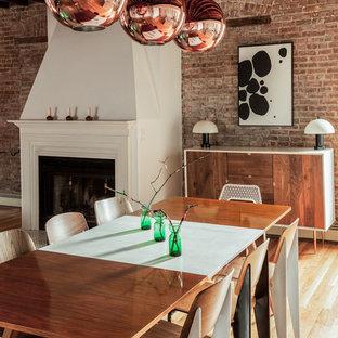 ニューヨークの中サイズのエクレクティックスタイルのおしゃれなダイニングキッチン (淡色無垢フローリング、漆喰の暖炉まわり、標準型暖炉) の写真