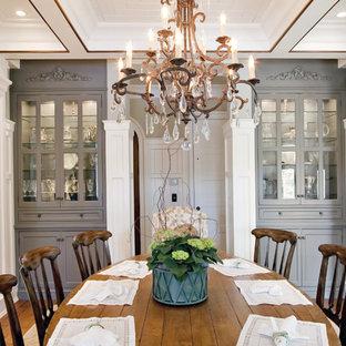 Стильный дизайн: столовая в классическом стиле с паркетным полом среднего тона - последний тренд