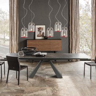 Foto di una grande sala da pranzo aperta verso il soggiorno minimalista con pareti grigie, pavimento in gres porcellanato e pavimento marrone