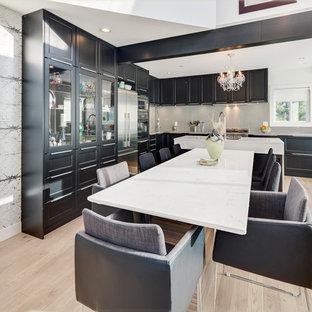 バンクーバーの小さいトランジショナルスタイルのおしゃれなダイニングキッチン (ラミネートの床、グレーの壁、ベージュの床) の写真